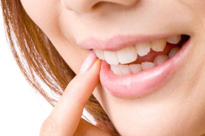 他人に絶対見られる前歯が歪んでいませんか